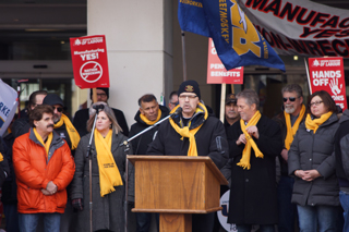Gary Howe, president of USW Local 1005, addresses the crowd.